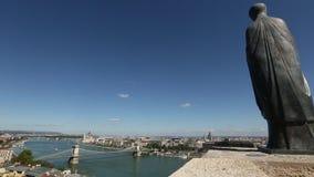 Viste del fiume Danubio nel centro storico di Budapest stock footage