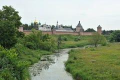 Viste del fiume e del monastero Fotografie Stock