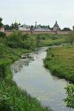 Viste del fiume e del monastero Immagine Stock Libera da Diritti