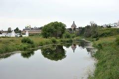 Viste del fiume e del monastero Immagini Stock Libere da Diritti