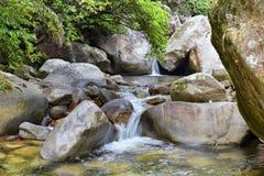 Viste del fiume e della cascata della giungla dalla piccola strada rurale del villaggio al EL l'Eden da Puerto Vallarta Messico i Fotografia Stock Libera da Diritti