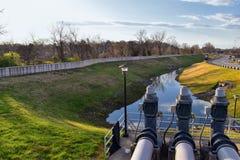 Viste della barriera dell'inondazione e del canale di scarico della diga del metallo da proteggere dall'inondazione da Opryland l fotografia stock libera da diritti