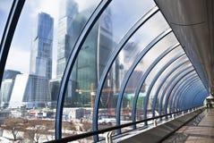 Viste della città di Mosca attraverso la costruzione trasparente del ponte Bagration, Mosca Immagini Stock