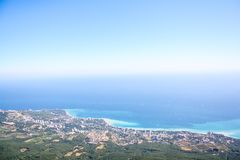 Viste della costa di mare con le alte montagne fotografie stock libere da diritti