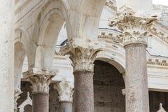 Viste della Croazia Bella spaccatura della città Paradiso croato Chiesa cattolica Fotografia Stock
