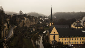 Viste della nebbia di inverno della città del Lussemburgo Immagine Stock Libera da Diritti