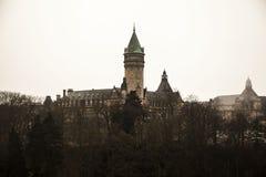 Viste della nebbia di inverno della città del Lussemburgo Fotografie Stock