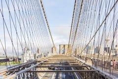 Viste della parte Brooklyn fra i cavi d'acciaio del ponte di Brooklyn, New York, Stati Uniti della città immagini stock