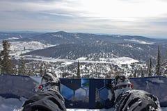 Viste delle montagne attraverso lo snowboard Fotografie Stock