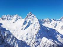 Viste delle montagne ricoperte neve di Dombay Giorno soleggiato di inverno, moun fotografie stock libere da diritti