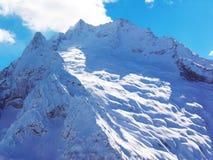 Viste delle montagne ricoperte neve di Dombay Giorno soleggiato di inverno, moun fotografie stock