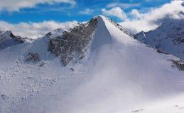 Viste delle montagne ricoperte neve di Dombay Giorno soleggiato di inverno, telaio fotografia stock libera da diritti