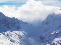 Viste delle montagne ricoperte neve di Dombay Giorno soleggiato di inverno, telaio immagine stock libera da diritti