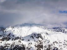 Viste delle montagne ricoperte neve di Dombay Giorno soleggiato di inverno, telaio immagine stock