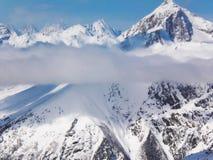Viste delle montagne ricoperte neve di Dombay Giorno soleggiato di inverno, telaio fotografia stock