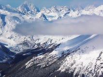 Viste delle montagne ricoperte neve di Dombay Giorno soleggiato di inverno, telaio fotografie stock
