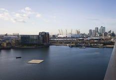 Viste di Londra sopra il molo color giallo canarino Immagini Stock