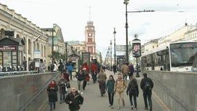 Viste di Nevsky Prospekt e la gente che discende nel sottopassaggio stock footage