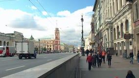 Viste di Nevsky Prospekt e la gente che discende nel sottopassaggio archivi video