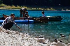 Viste di Paradise del parco nazionale Durmitor nel Montenegro Acqua del turchese del lago, dell'abetaia e delle montagne Backd di fotografia stock