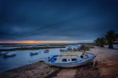 Viste drammatiche di tramonto di vista sul mare Peschereccio nella priorità alta Fotografia Stock