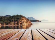 Viste fantastiche della costa e delle onde rocciose all'isola nei precedenti Fotografia Stock Libera da Diritti