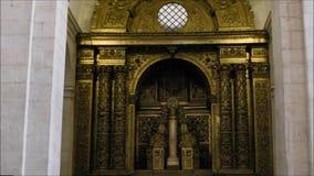 Viste interne di una chiesa locale a Lisbona, Portogallo stock footage