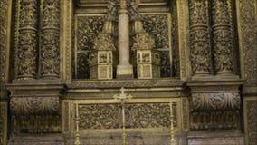 Viste interne di una chiesa locale a Lisbona, Portogallo archivi video