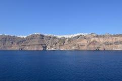 Viste meravigliose della città di Fira sopra una montagna sull'isola di Santorini dagli alti mari Architettura, paesaggi, Crui fotografia stock libera da diritti