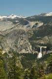 Viste meravigliose di alcune cascate impressionanti dall'più alta parte di una delle montagne del parco nazionale di Yosemite Via Immagini Stock Libere da Diritti