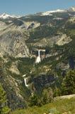 Viste meravigliose di alcune cascate impressionanti dall'più alta parte di una delle montagne del parco nazionale di Yosemite Via Immagine Stock