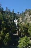 Viste meravigliose di alcune cascate impressionanti dall'più alta parte di una delle montagne del parco nazionale di Yosemite Via Fotografia Stock