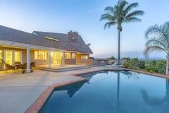 Viste meravigliose nella casa di California del sud con uno stagno e una sbavatura Fotografia Stock