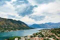 Viste panoramiche della baia di Cattaro, Montenegro Paesaggio della montagna nel giorno tempestoso Fotografia Stock Libera da Diritti