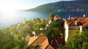 Viste panoramiche della costa e dei tetti di vecchia città di Castelnuovo nel Montenegro fotografia stock libera da diritti