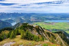 Viste pittoresche dalla montagna di Tegelberg, una parte delle alpi di Ammergau, nead individuato Fussen, Baviera, Germania Immagini Stock