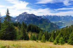 Viste pittoresche dalla montagna di Tegelberg, una parte delle alpi di Ammergau, nead individuato Fussen, Baviera, Germania Fotografie Stock