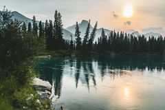 Viste sceniche di tramonto sopra le sorelle del fiume tre dell'arco, parco nazionale Alberta Canada di Banff fotografia stock libera da diritti