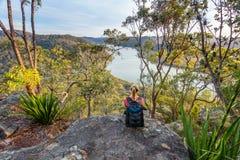 Viste sopra il fiume alla luce solare di pomeriggio Fotografie Stock