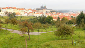 Viste sopra Praga dall'altezza della collina di Petrin Fotografie Stock Libere da Diritti