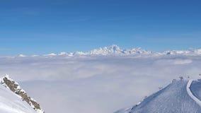 Viste strabilianti della valle delle montagne e delle nuvole di Snowy video d archivio