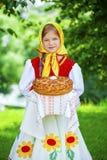 Visten a la niña en el vestido nacional ruso en el verano p Fotos de archivo libres de regalías