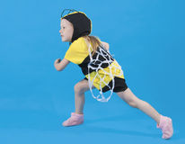 Visten a la pequeña muchacha en el traje de la abeja Imágenes de archivo libres de regalías
