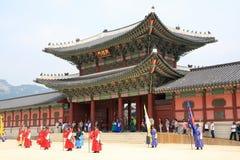 Vistiors czekanie dla ceremonii zmieniać strażników przy Gyeongbokgung pałac Obraz Stock