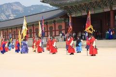 Vistiors czekanie dla ceremonii zmieniać strażników przy Gyeongbokgung pałac Obrazy Stock