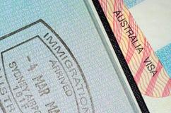 Visto australiano e passaporte carimbado imigração Imagens de Stock