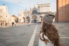 Visto da jovem mulher de trás que está na praça San Marco Fotografia de Stock