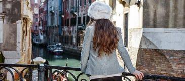 Visto da mulher de trás do turista em Veneza, Itália que tem a excursão imagens de stock