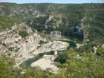 Visto da quello alto del fiume tortuoso del Gardon in Provenza nel sud della Francia Immagini Stock Libere da Diritti