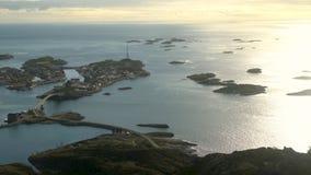 Visto de cima da cidade de Henningsvaer e das ilhas próximas Austvagsoya video estoque